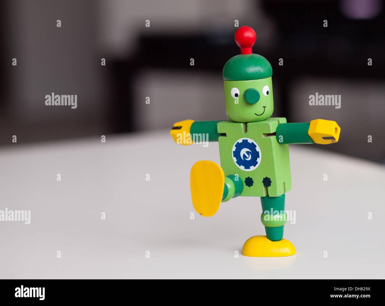 Un heureux, mignon, robot jouet en bois, en marchant. Photo Stock