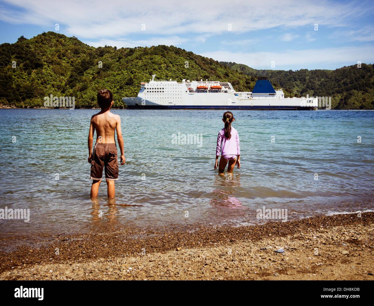Regarder le ferry arrive, Picton, Marlborough Sounds, en Nouvelle-Zélande. Logos déposés. Banque D'Images