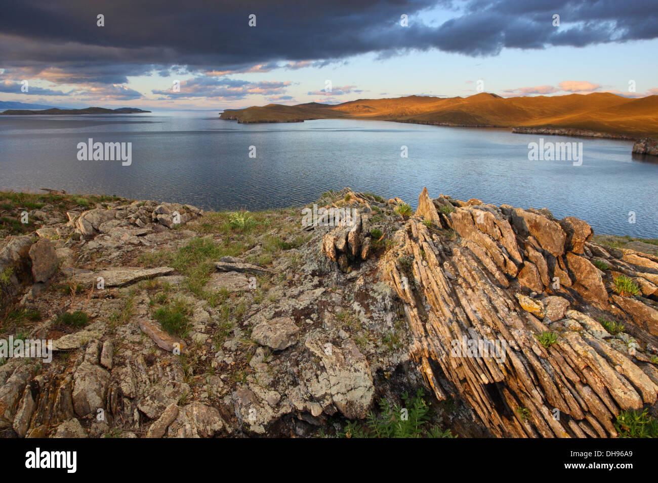 Vue de la petite Mer (Lac Baïkal) de l'île. Khibin La Sibérie, Russie Photo Stock