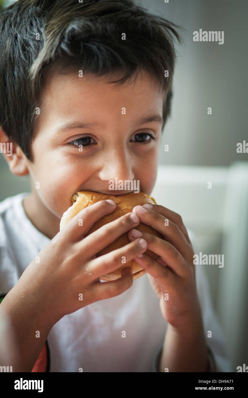 Enfant de manger un hamburger Photo Stock
