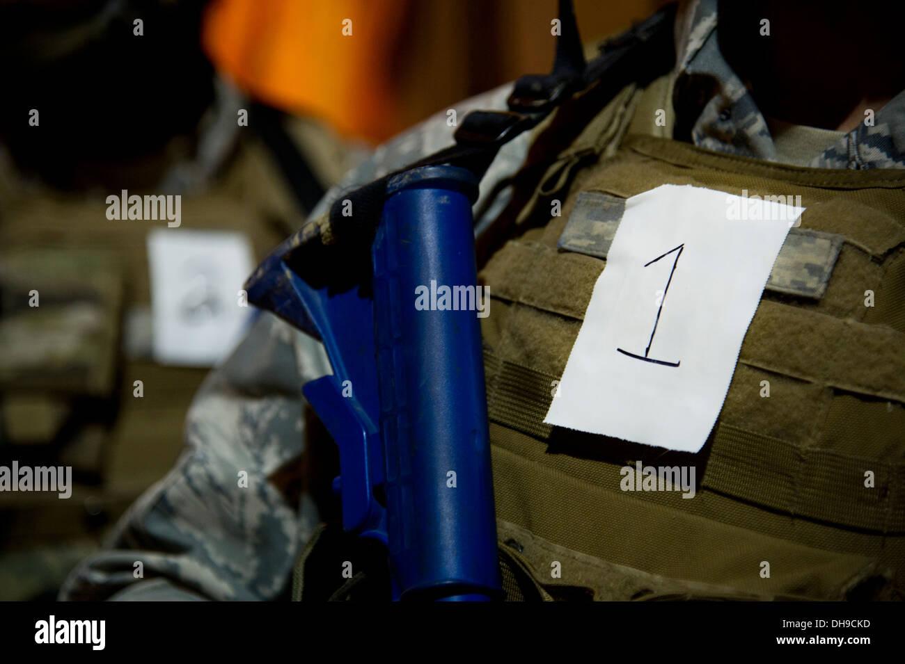 Au cours du 91e Escadron de soutien de Sécurité de la force d'intervention tactique tryouts, les participants reçoivent des numéros à porter sur leurs helme Photo Stock