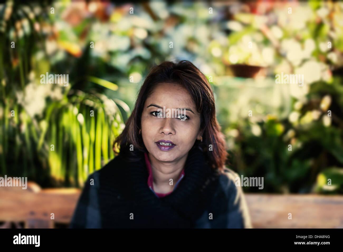Le punjabi woman in garden Banque D'Images