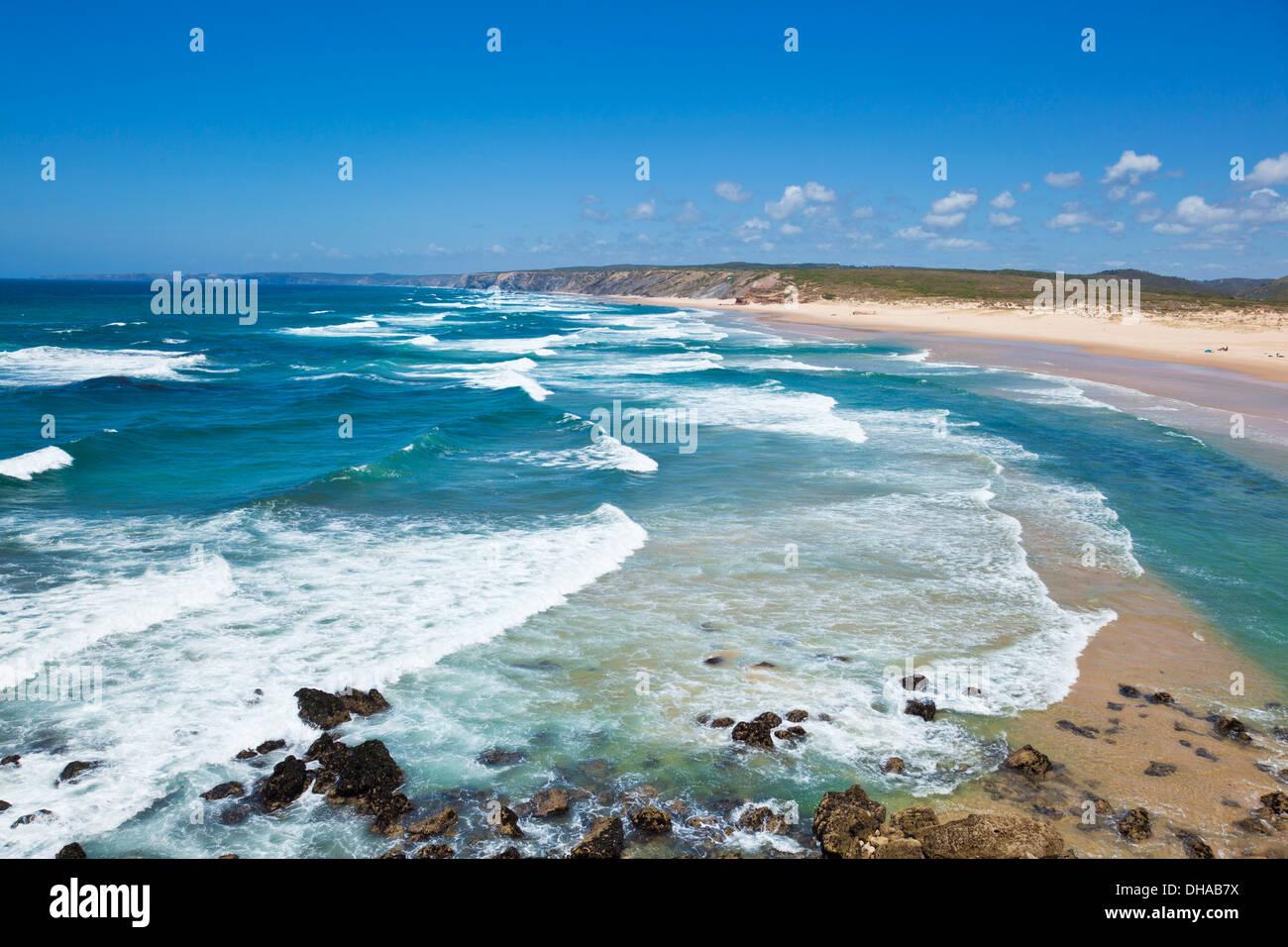 Les vagues et Bordeira beach à partir de la falaise au Costa Vincentina Carrapateira Algarve Portugal Europe de l'UE Photo Stock