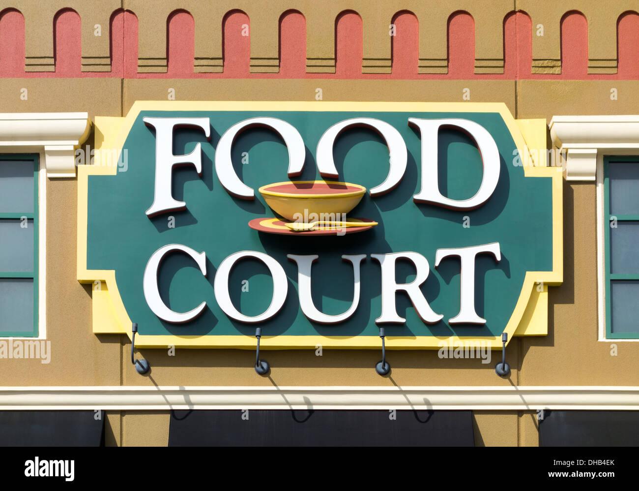 Aliments colorés Cour enseigne à l'extérieur un outlet shopping mall. Photo Stock