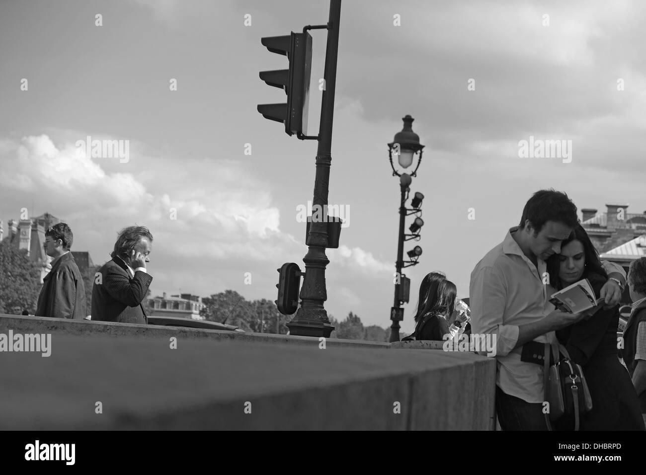 Couple reading une brochure touristique. Photo Stock