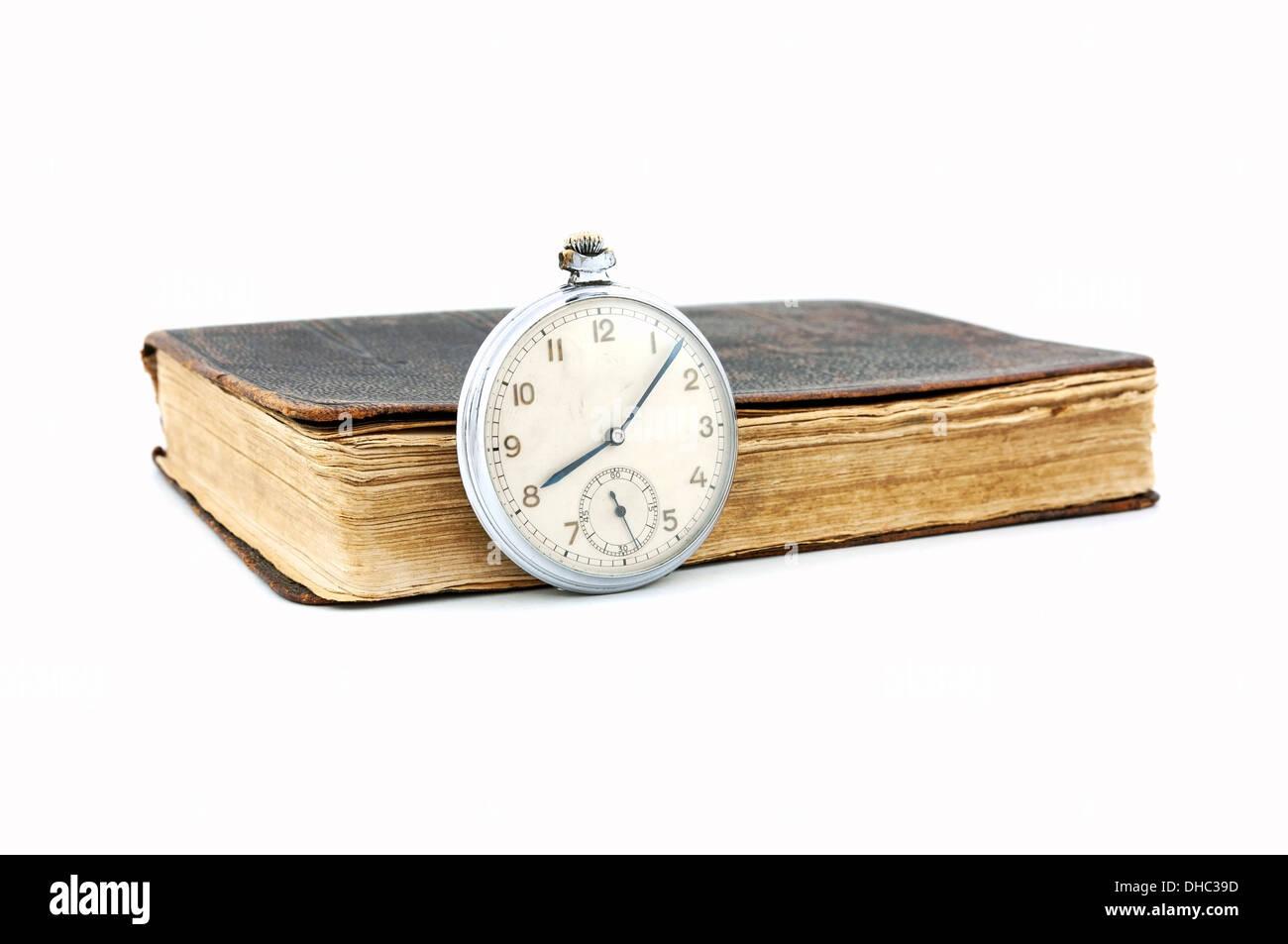 Montre de poche vintage et vieux livre Photo Stock