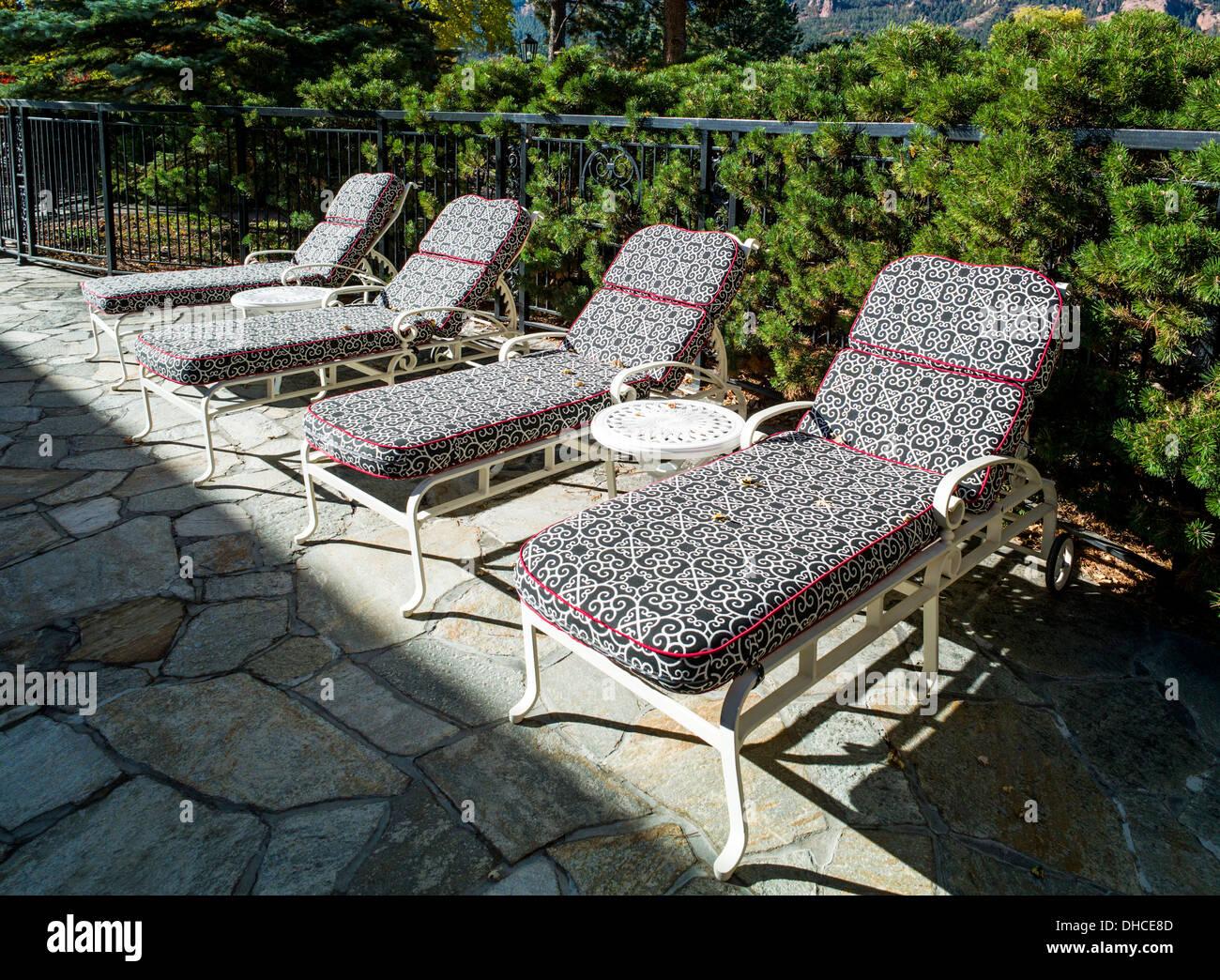 Chaise longue ligne des chaires d'une piscine, The Broadmoor, hôtel historique de luxe et resort, Colorado Springs, Colorado, États-Unis Photo Stock