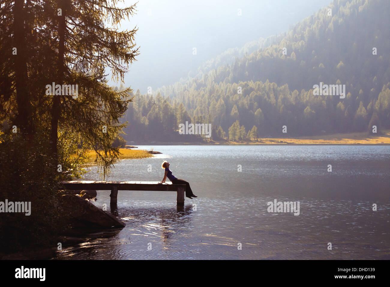 Jeune femme profiter de la nature sur le lac de montagne Photo Stock