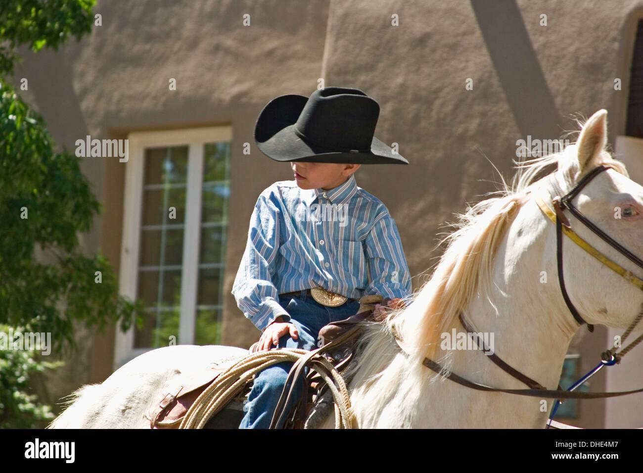 Les jeunes sur le cheval blanc, cowboy Rodeo Parade de Santa Fe ...