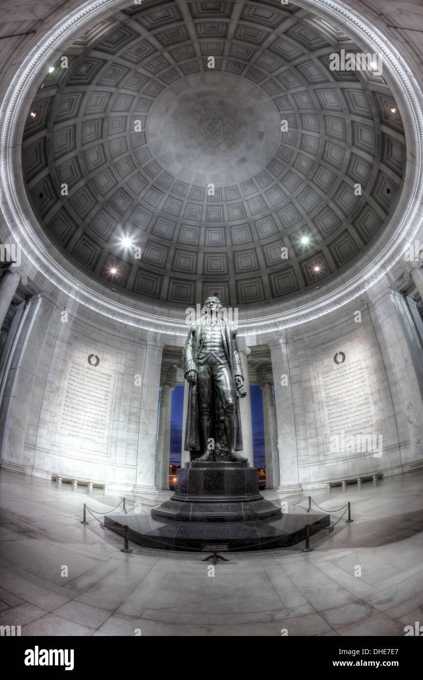 La statue de Thomas Jefferson se dresse dans le dôme intérieur de la théorie néoclassique Thomas Jefferson Memorial à Washington, DC Banque D'Images