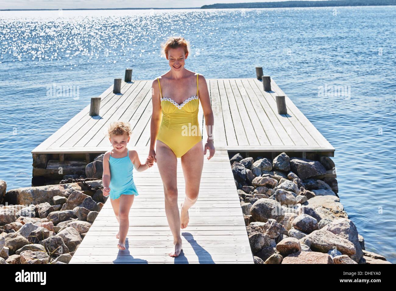 Mère et fille main dans la main, Utvalnas, Gavle, Suède Banque D'Images