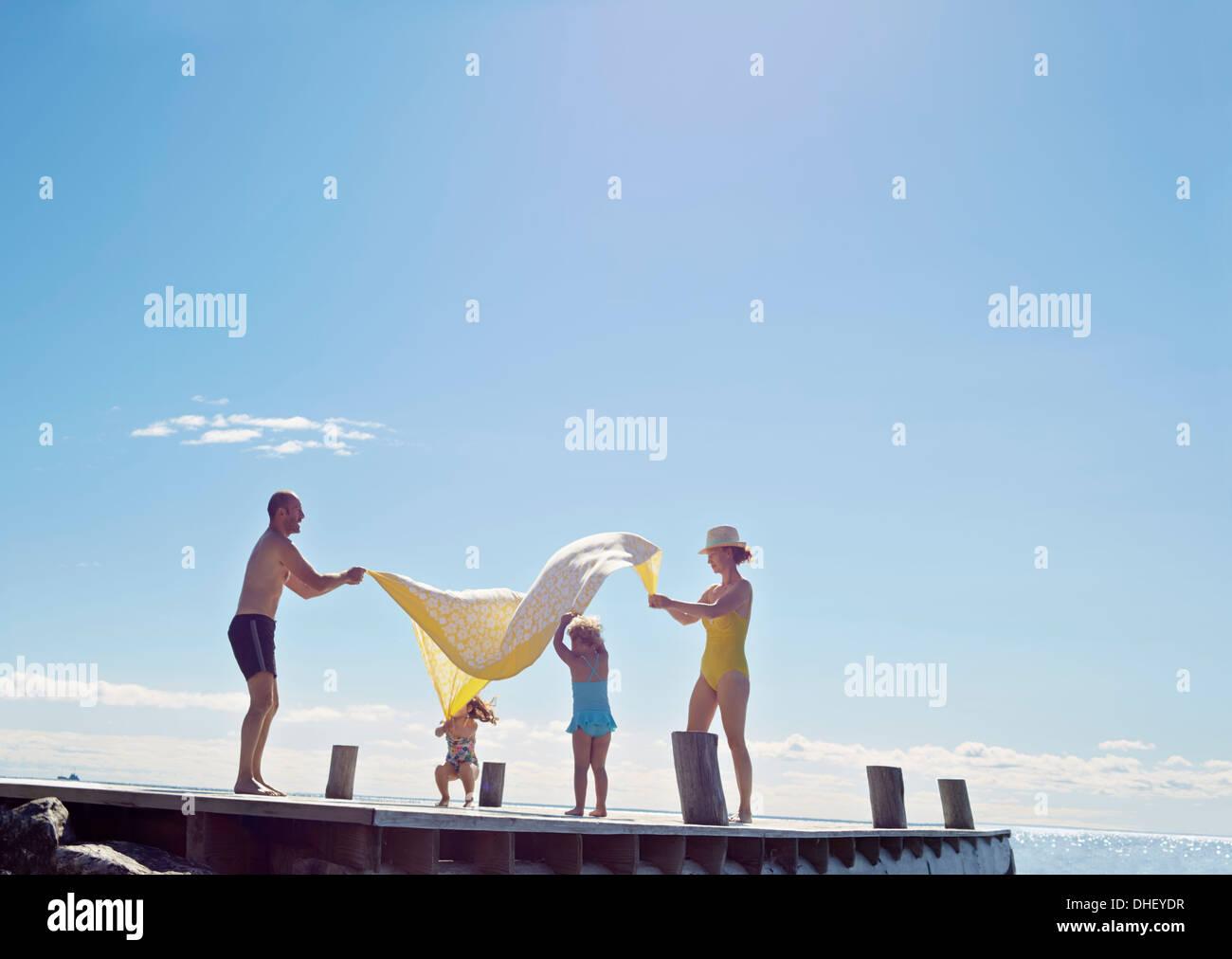 Jeune famille s'amusant sur pier, Utvalnas, Gavle, Suède Banque D'Images