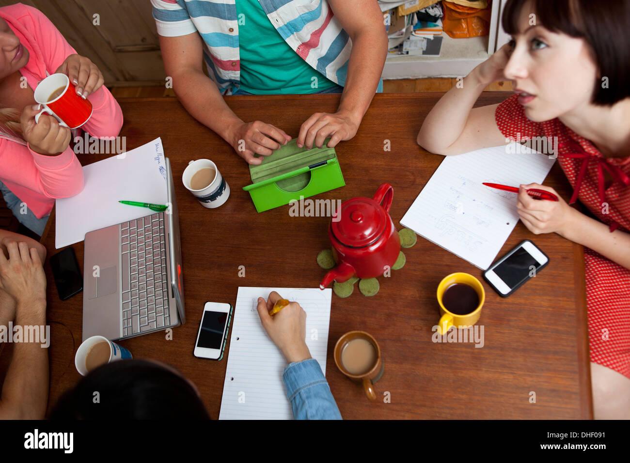 Réflexion autour de la table de cuisine sur Shangaï Photo Stock