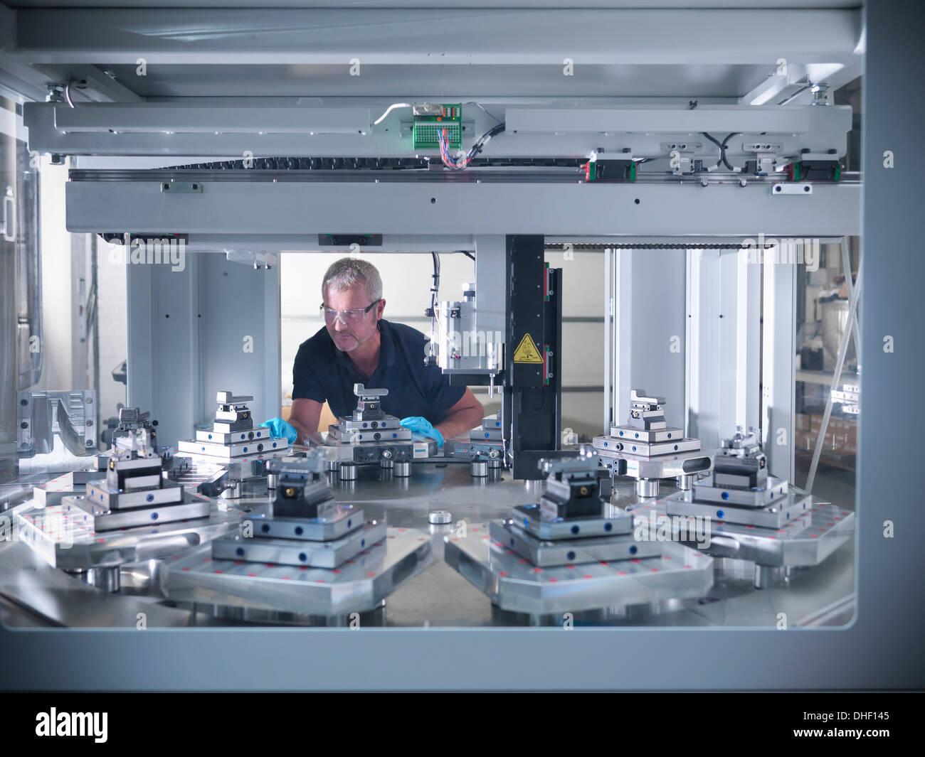 Engineer inspecting tour automatique en usine Banque D'Images