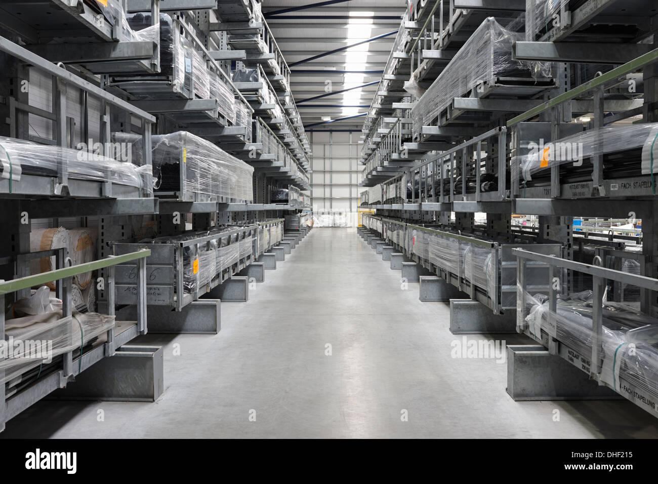 Dans l'allée de l'entrepôt d'ingénierie de produits Photo Stock