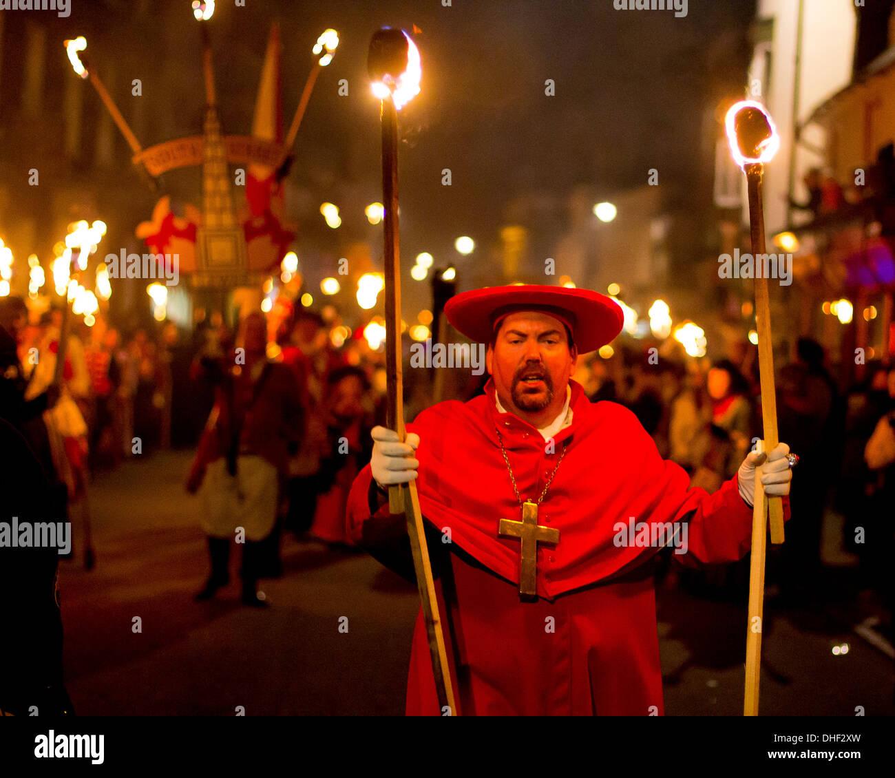 Homme vêtu comme un cardinal catholique romaine à la tête de la Procession de la rue South Bonfire Bonfire Night Lewes - Société Photo Stock