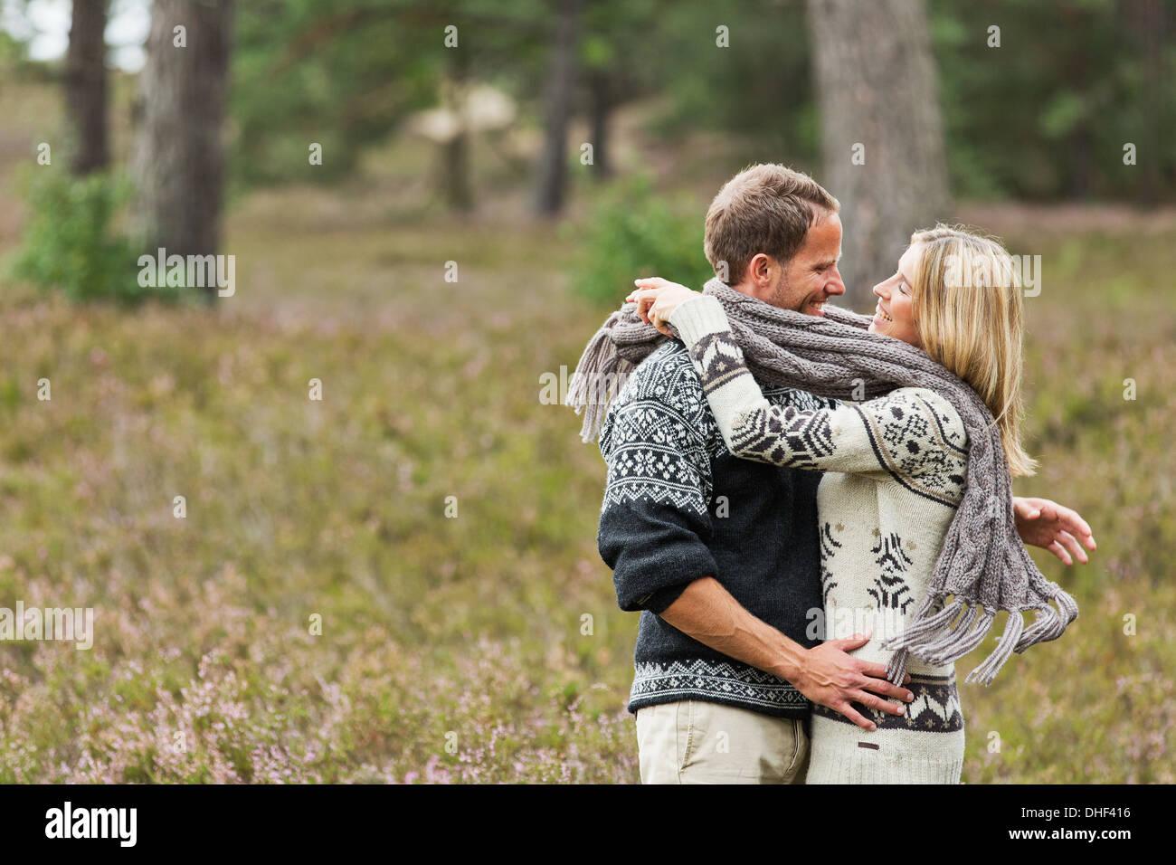 Mid adult couple hugging foulard Photo Stock