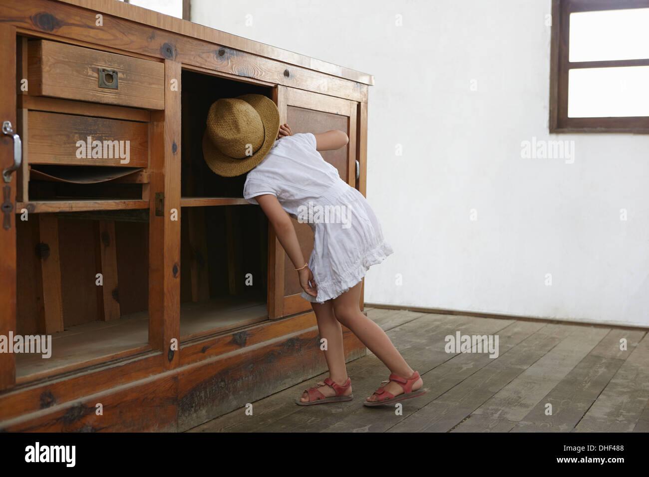 Fille à la sous placard Photo Stock