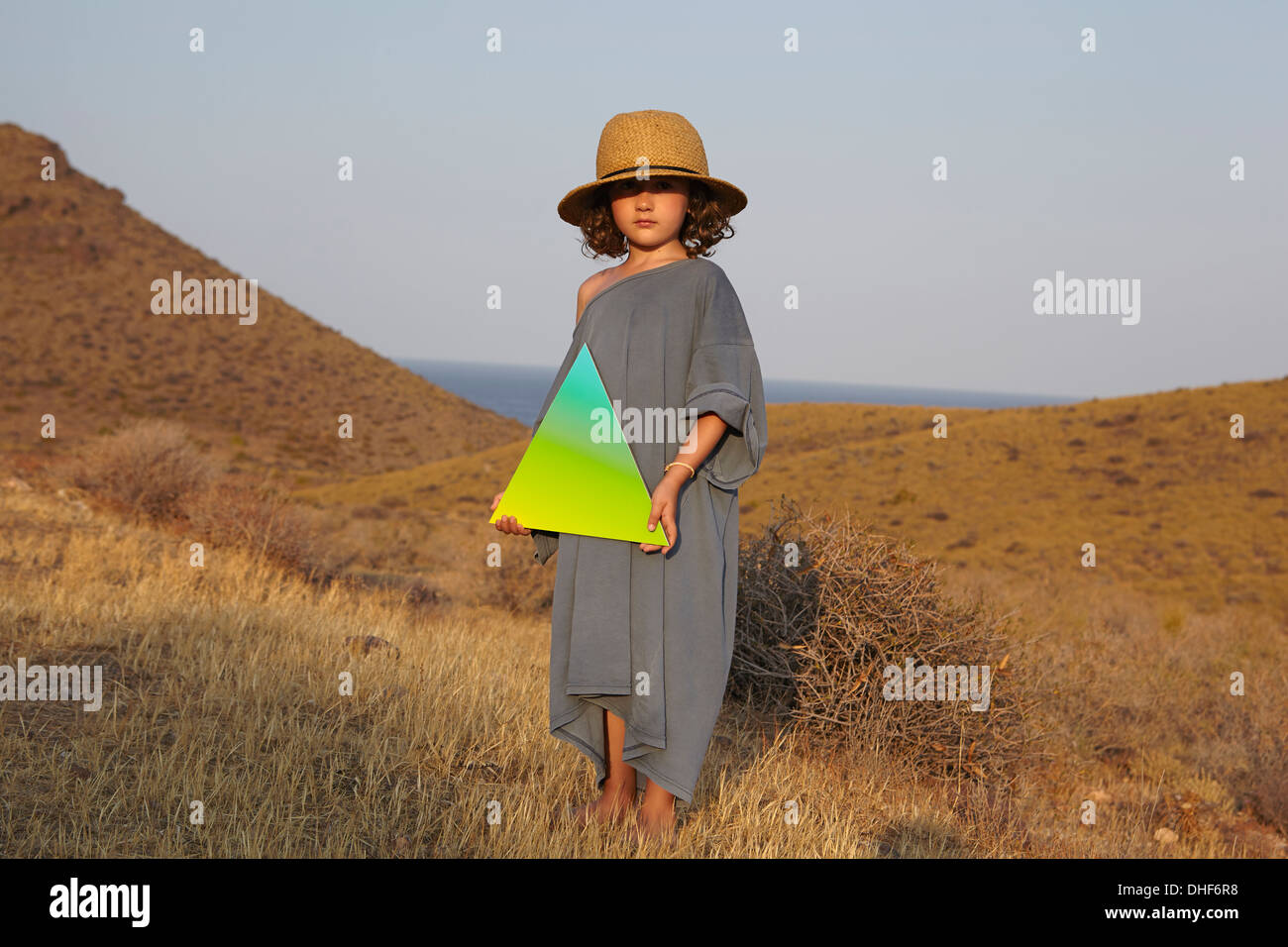 Portrait of Girl holding dans la zone en forme de triangle Photo Stock