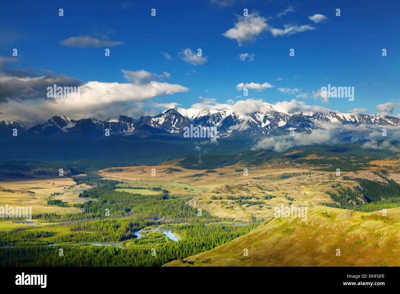 Paysage de montagne avec des sommets enneigés et Photo Stock