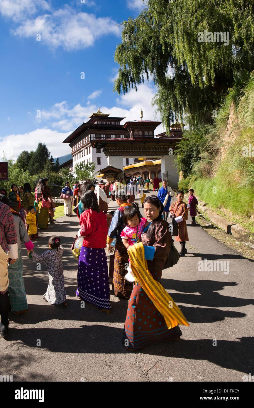 Le Bhoutan, Thimphu Dzong, Tsechu annuel, festivaliers approchant Dzong du festival Banque D'Images