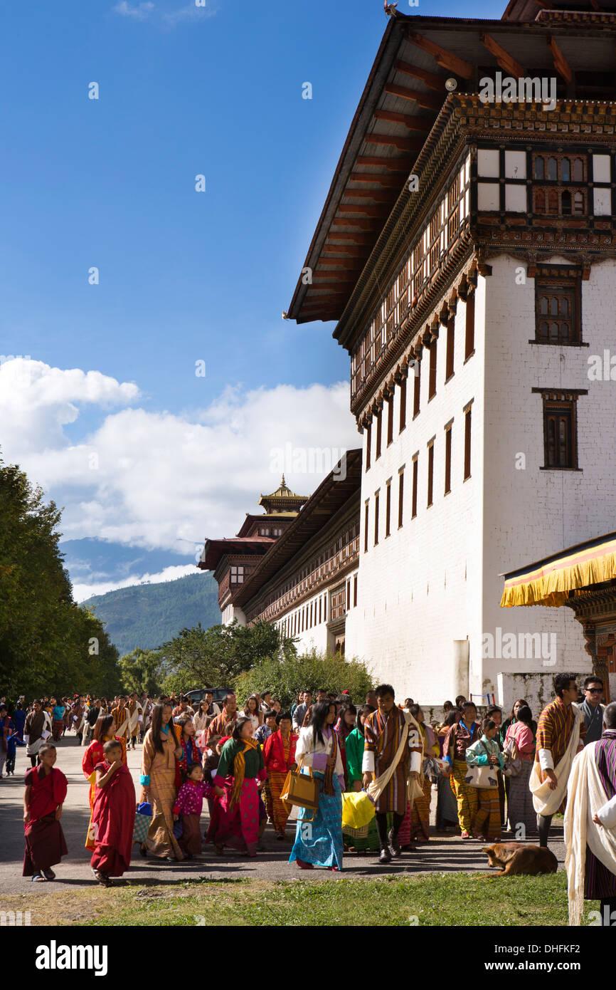 Le Bhoutan, Thimphu Dzong, Tsechu annuel, festivaliers entrant Dzong du festival Photo Stock