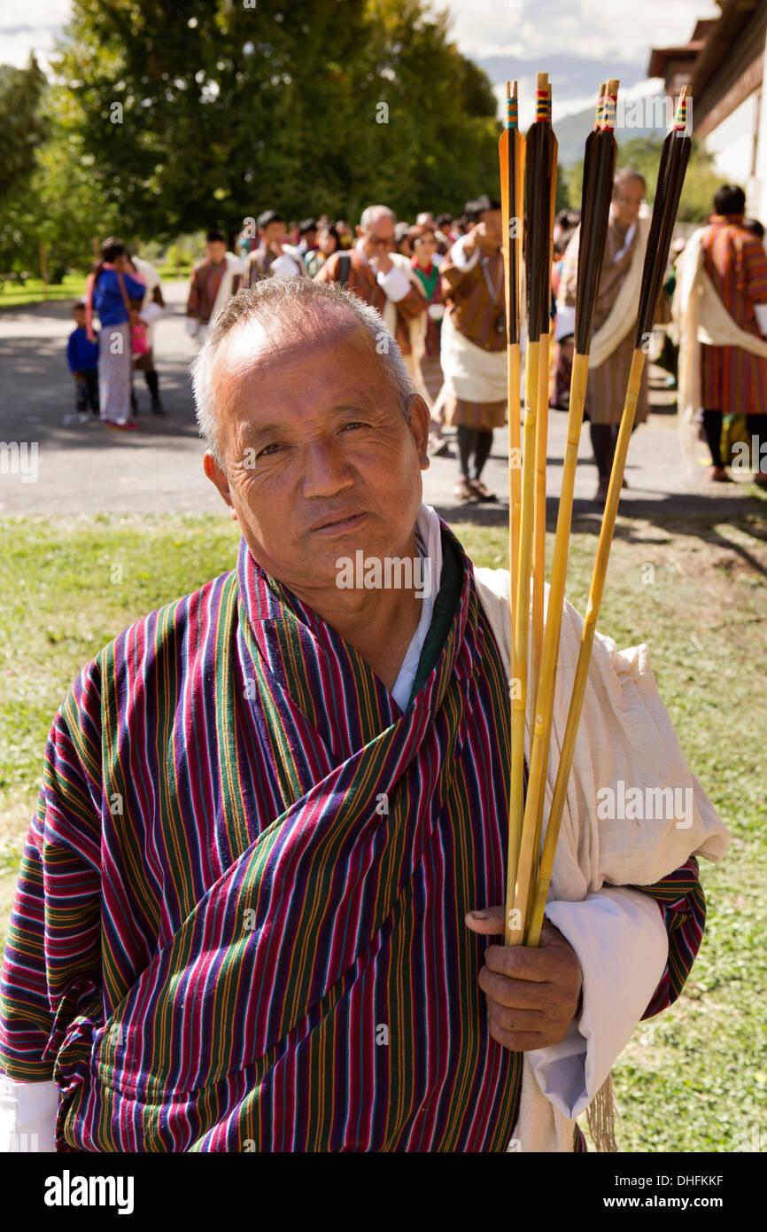 Le Bhoutan, Thimphu Dzong, Tsechu annuel, portant du vendeur vente flèches traditionnelles Gho Photo Stock