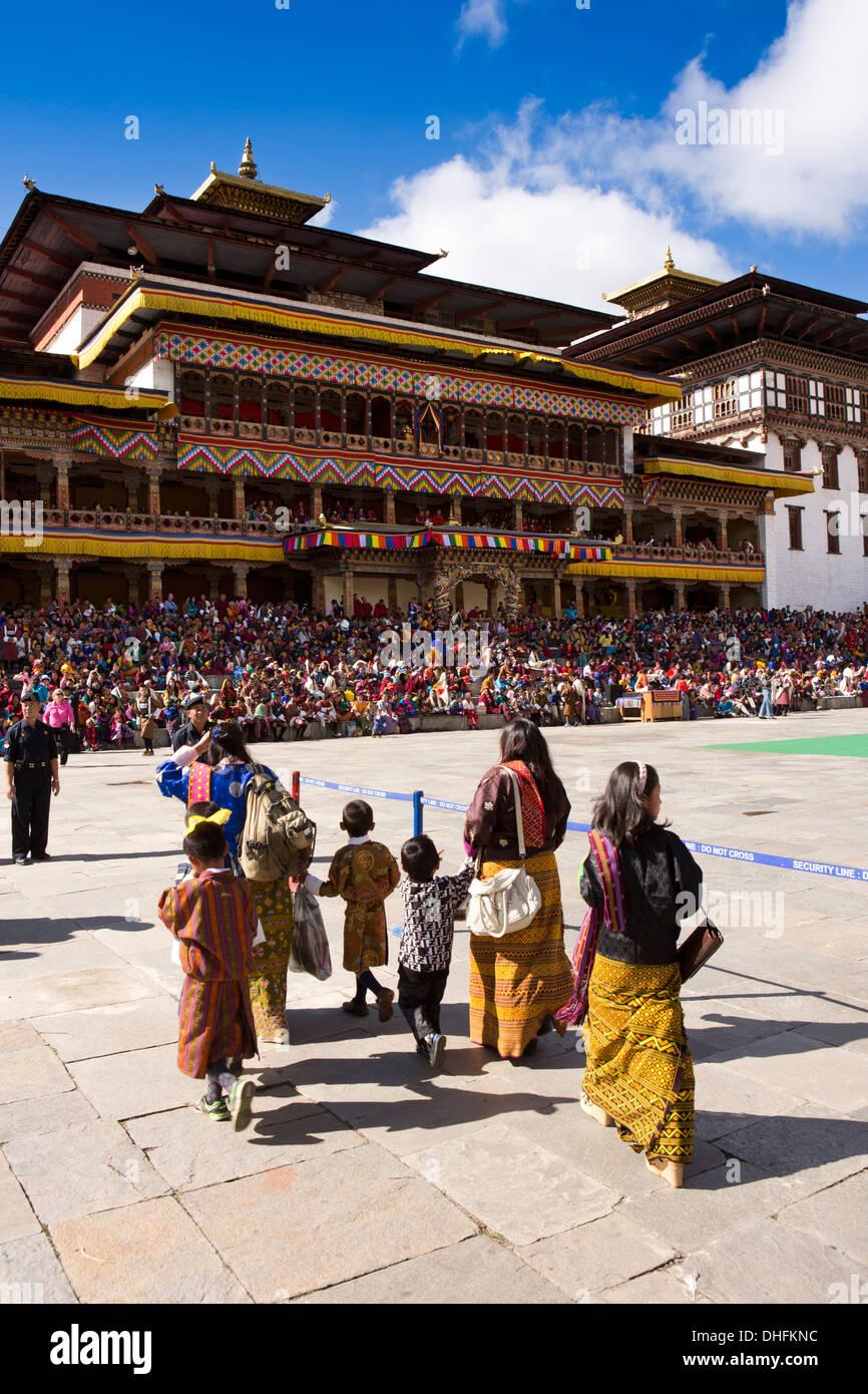 Le Bhoutan, Thimphu Dzong, Tsechu annuel, les femmes et les enfants qui entrent dans la masse du festival Photo Stock