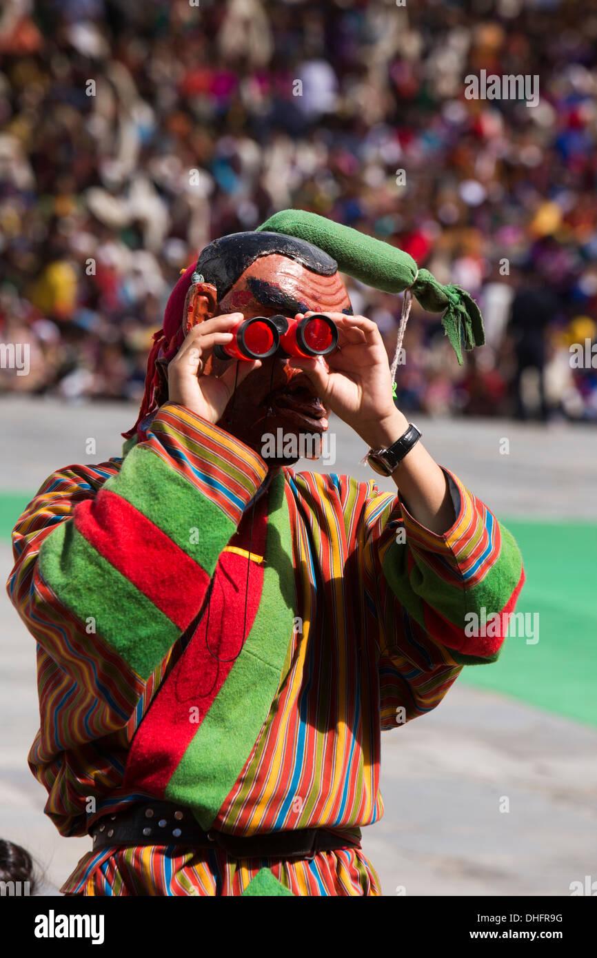 Le Bhoutan, Thimphu Dzong, Tsechu festival annuel, Atsara, bouffon masqué avec jumelles jouet Photo Stock