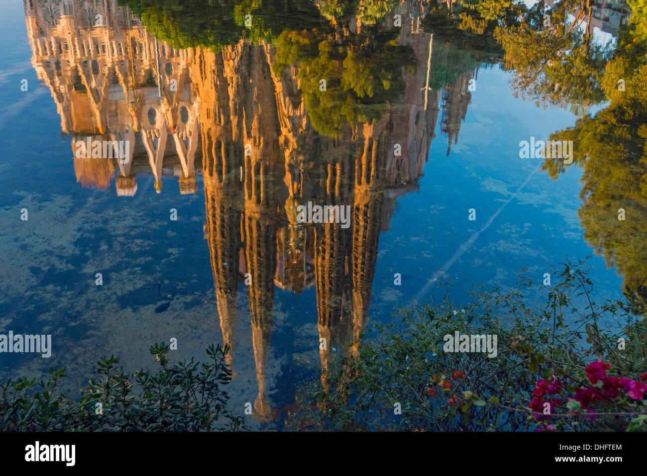 L'église Sagrada Familia reflétée dans un étang, Barcelone, Catalogne, Espagne Photo Stock