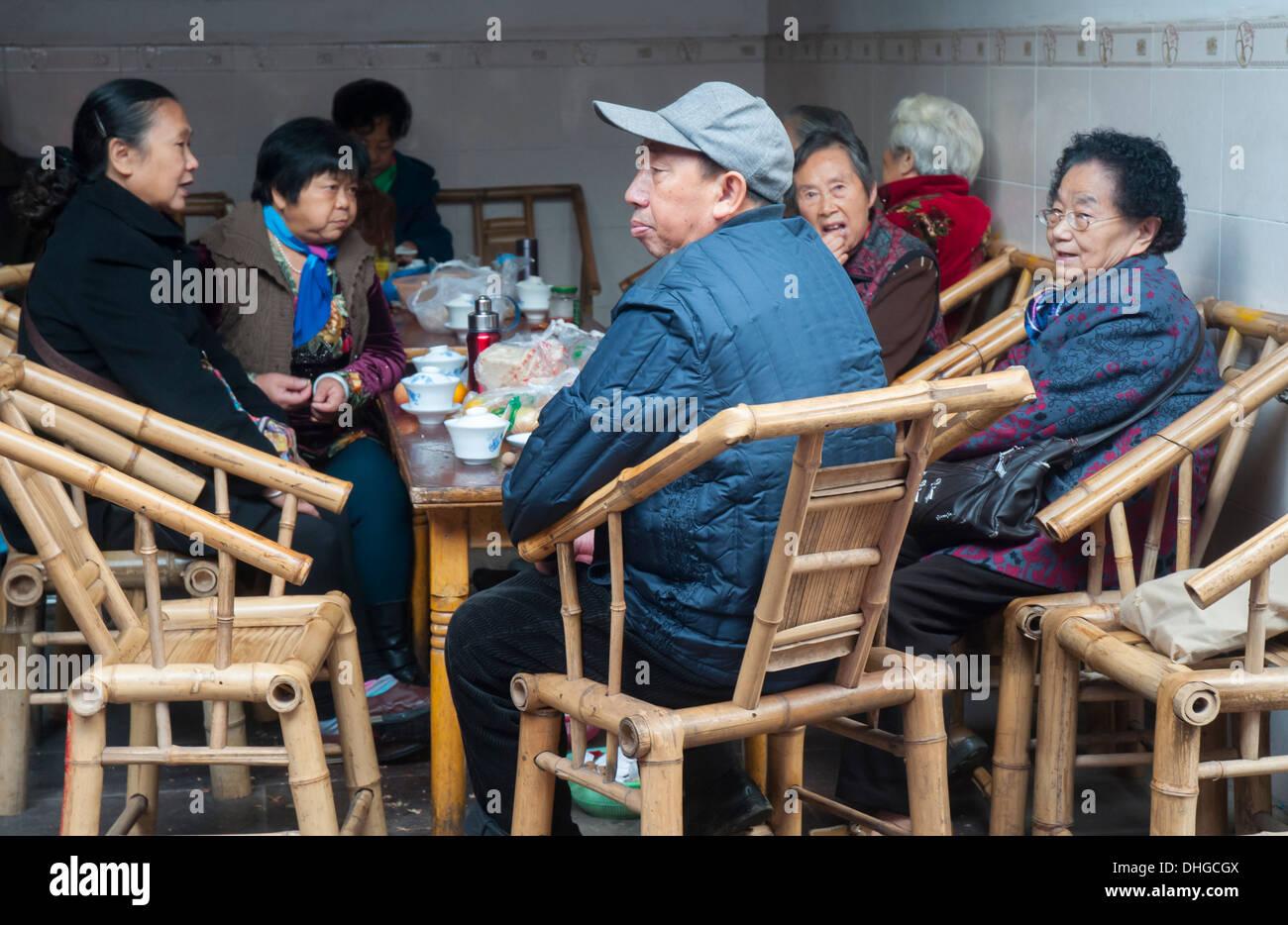 Les clients de une maison de thé dans le parc culturel, Chengdu, Sichuan, Chine Photo Stock
