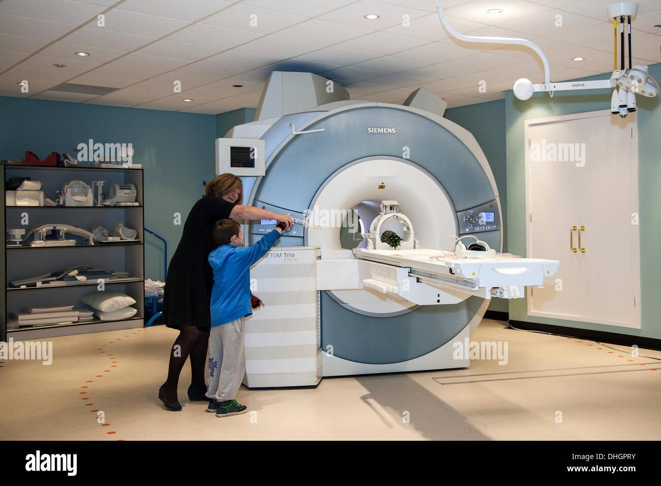 Dundee, Écosse, Royaume-Uni. 9 novembre, 2013. Démontrer les propriétés magnétiques de l'IRM Siemens Trio scanner corporel à la Dundee Science Festival, le Centre de recherches cliniques Installations d'imagerie de l'hôpital Ninewells génétique humaine de l'Université de l'intérieur = science research labs. Photo Stock