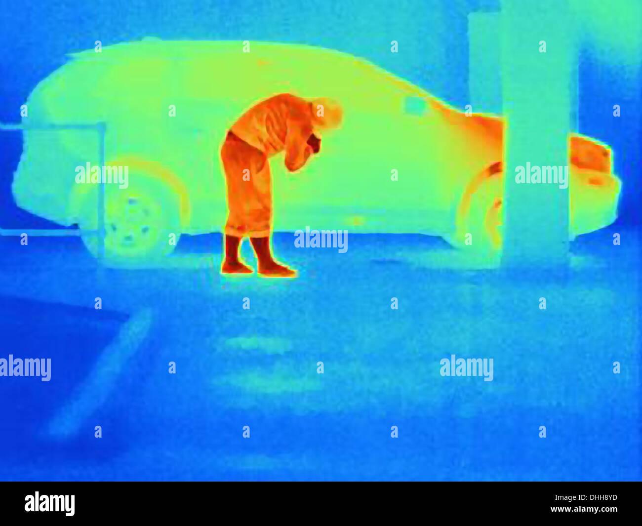 Photographie thermique d'un cambrioleur par effraction dans une voiture Photo Stock
