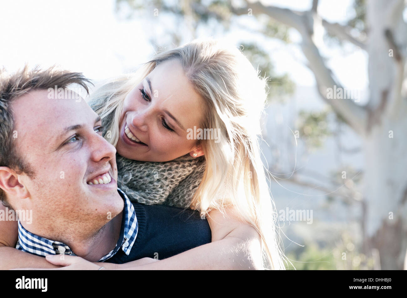 Young woman hugging boyfriend Banque D'Images