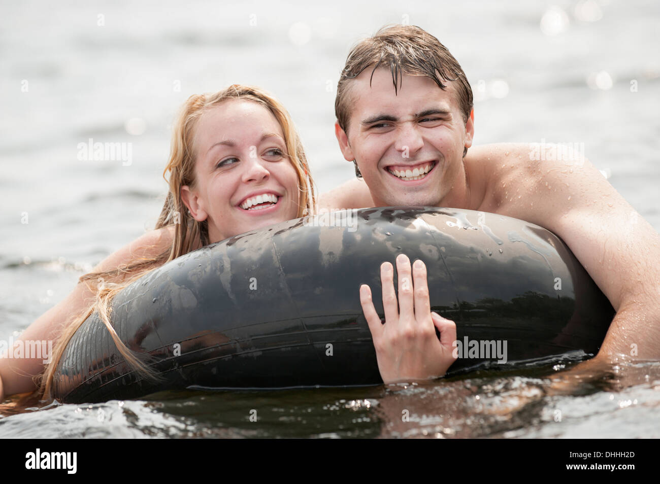 Jeune couple floating in Photo Stock
