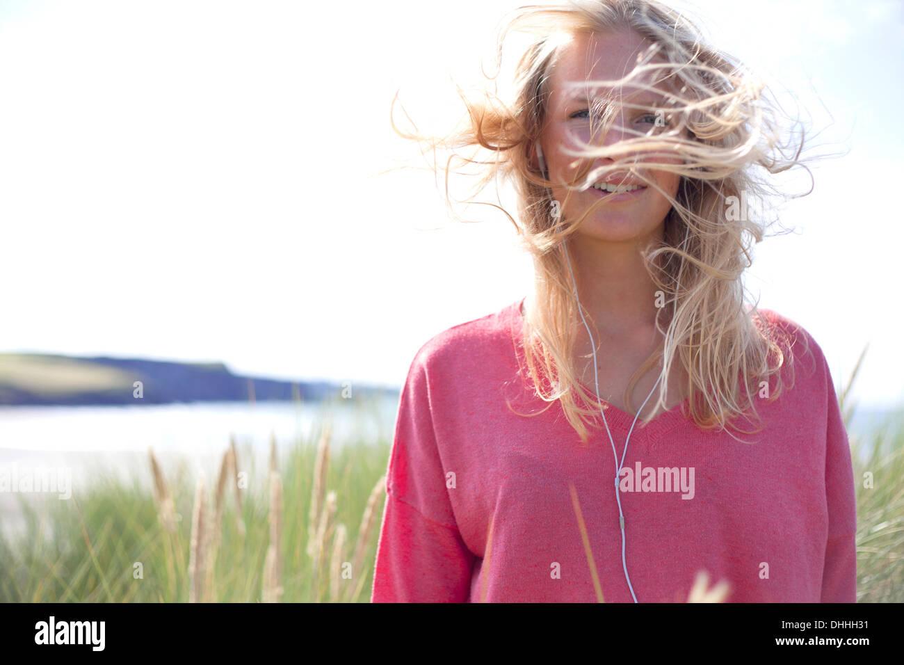 Portrait de femme aux cheveux blonds en désordre, Pays de Galles, Royaume-Uni Photo Stock