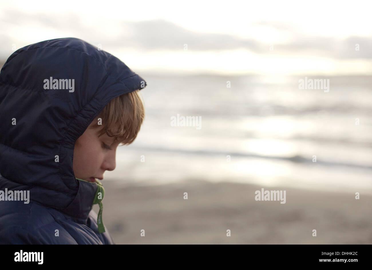 Boy on beach, regardant vers le bas Photo Stock