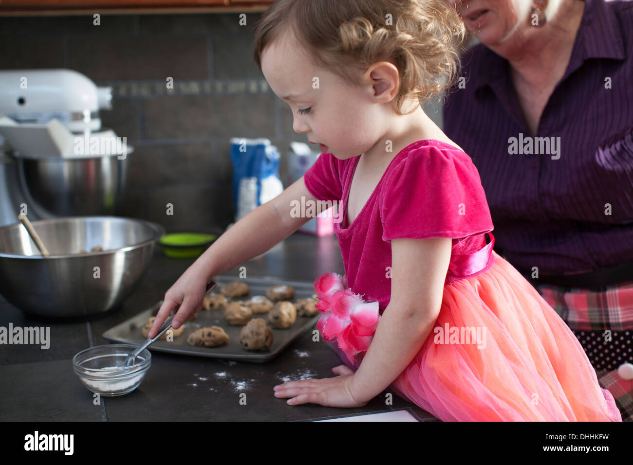 Grand-mère et petite-fille baking cookies Photo Stock