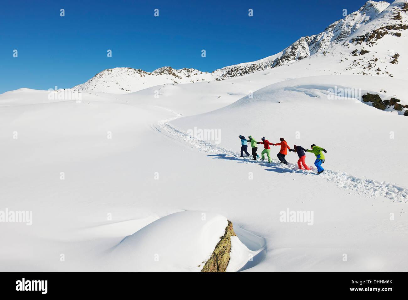 Les amis d'autres tirant chaque montée dans la neige, Kuhtai, Autriche Photo Stock