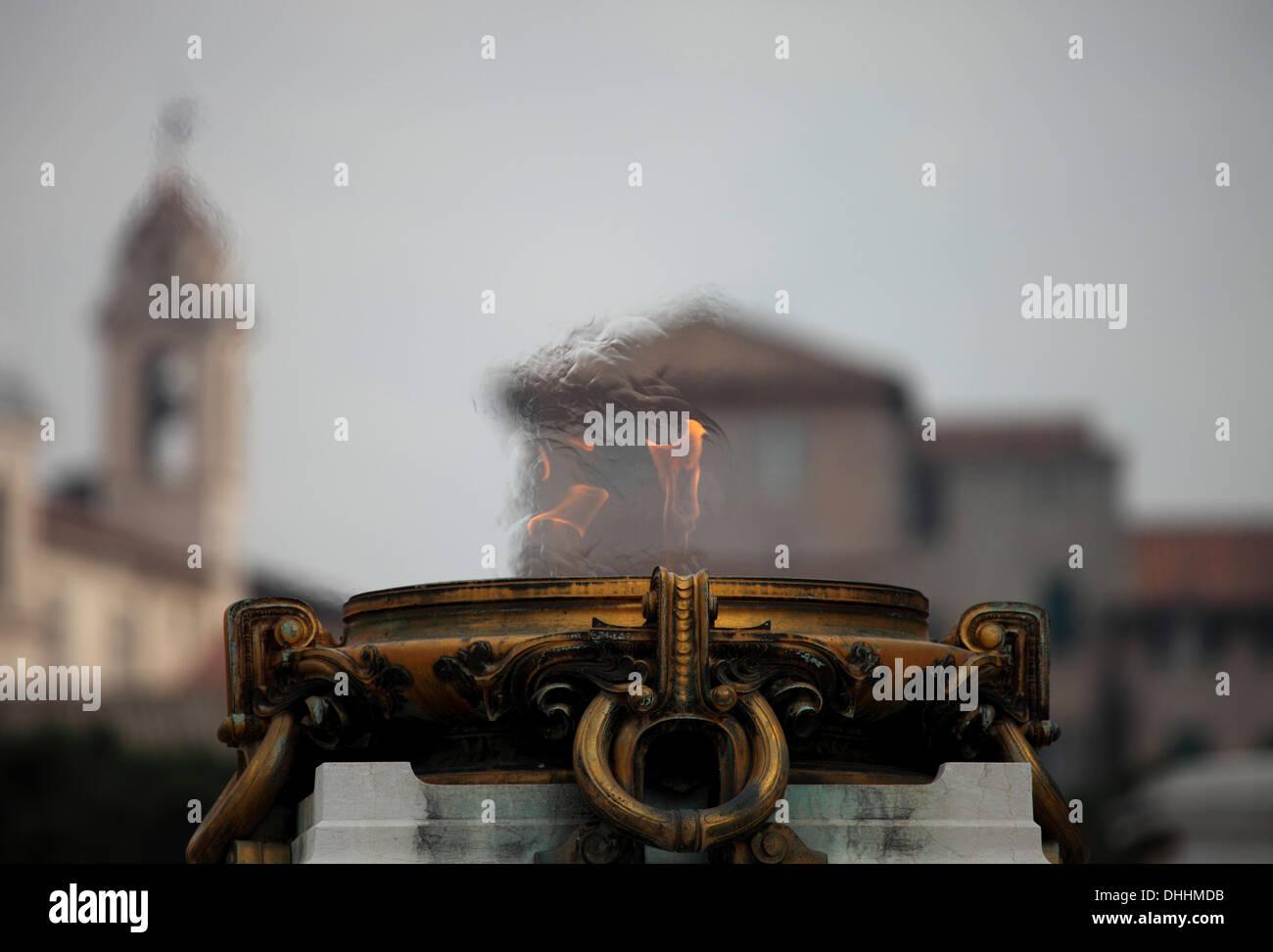 Détail de la brazier sur le Vittoriano, avec l'arrière-plan des bâtiments à Rome Photo Stock