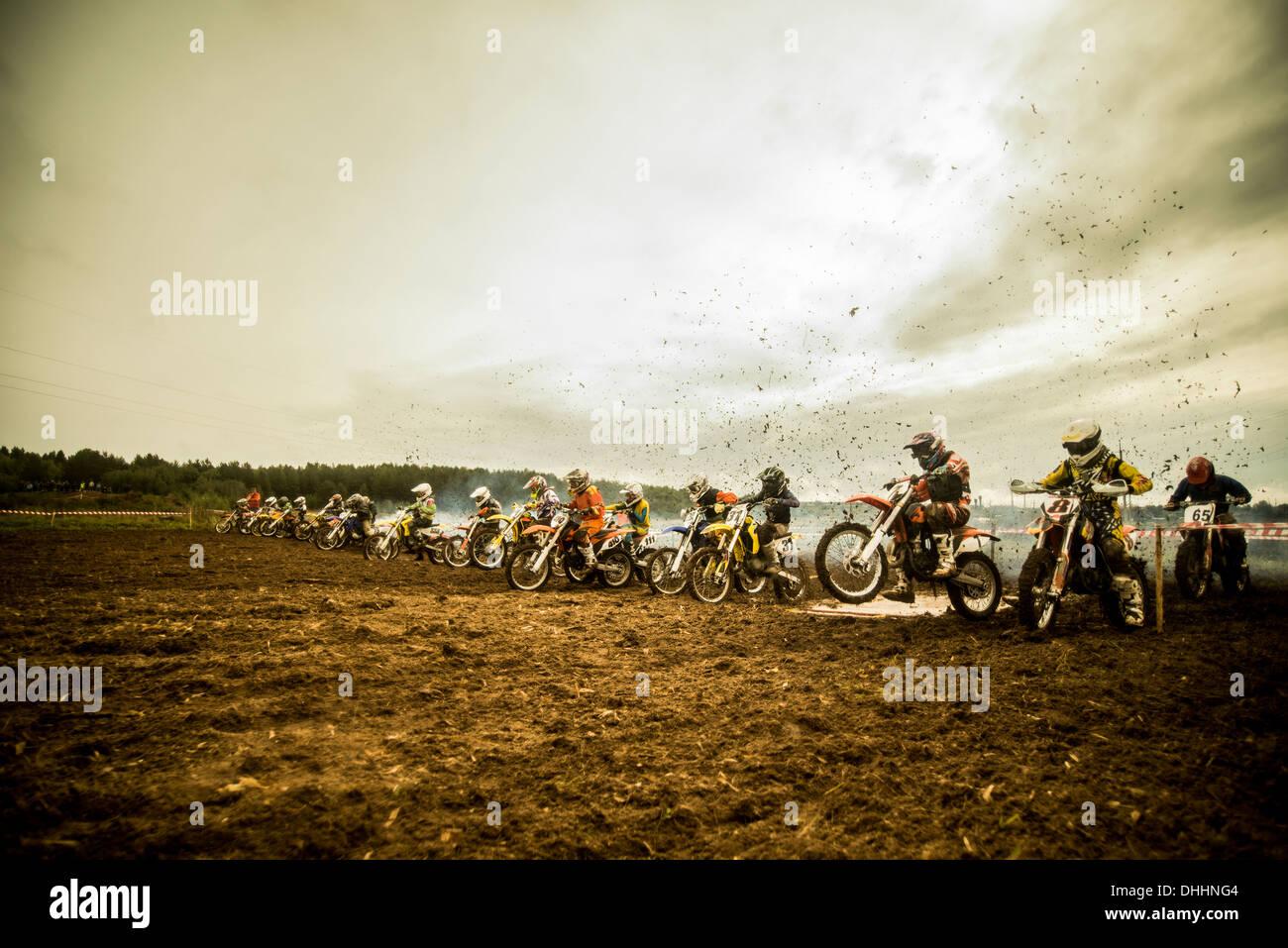 Groupe de garçons sur les motocyclettes motocross à ligne de départ Photo Stock