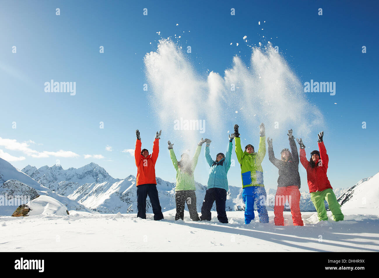 Les amis throwing snow mid-air, Kuhtai, Autriche Photo Stock