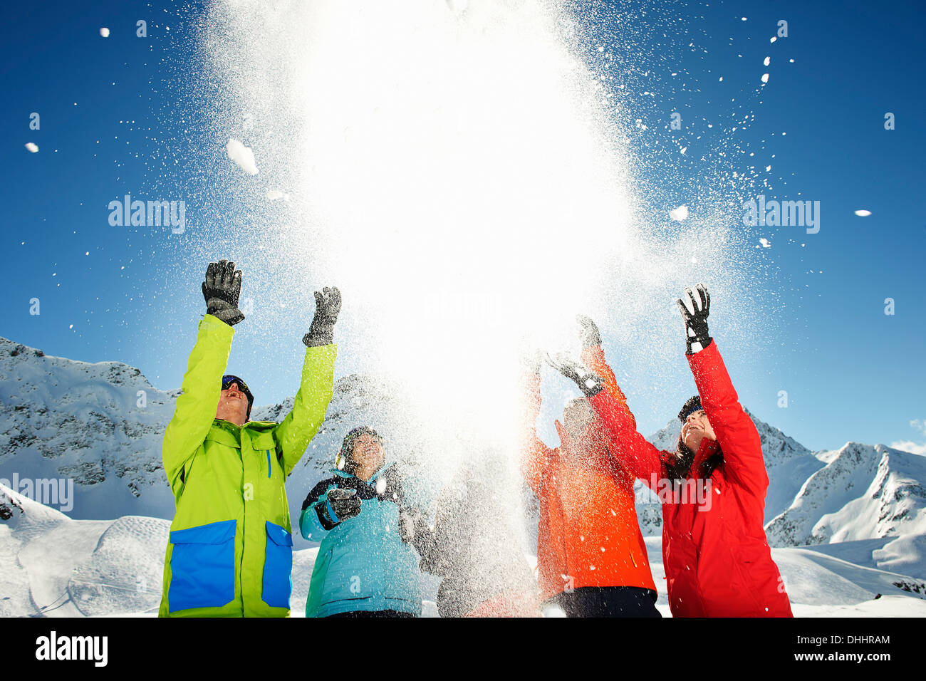 Les amis throwing snow mid air, Kuhtai, Autriche Photo Stock