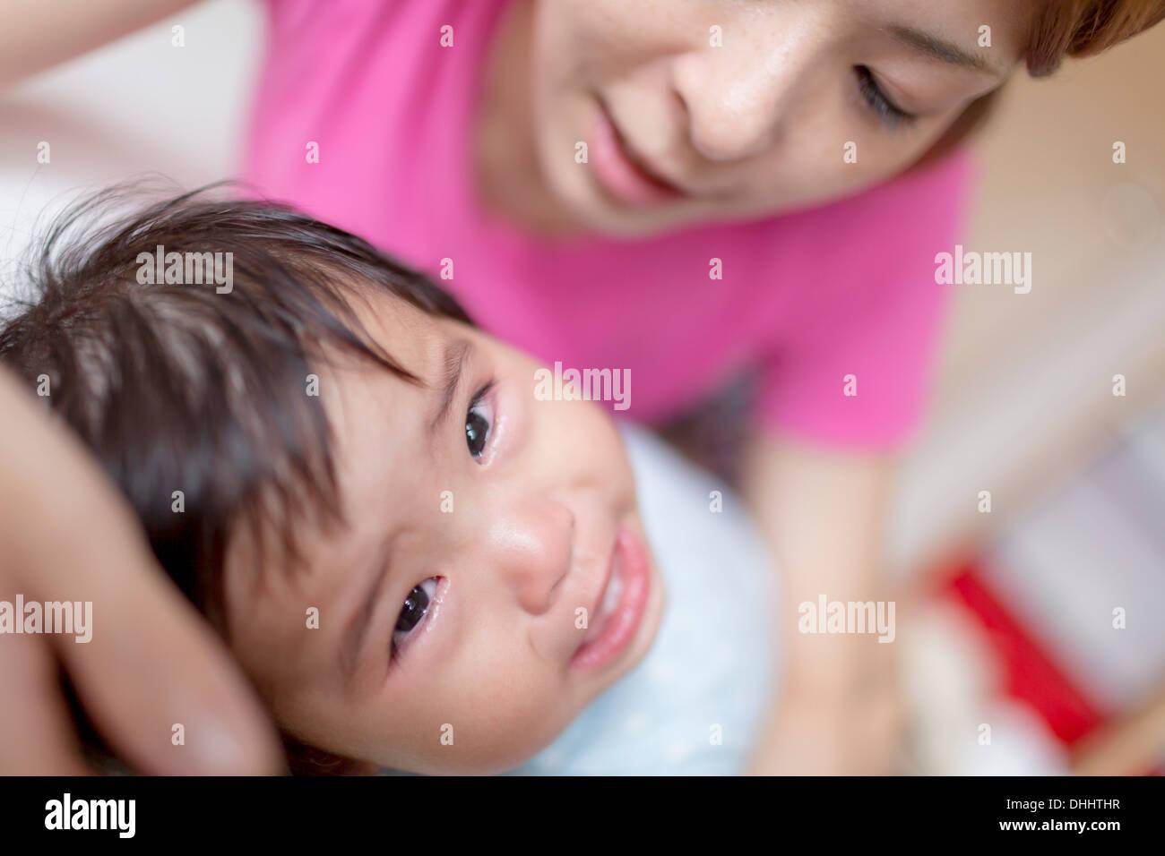 Pacifier mère bébé qui pleure Photo Stock