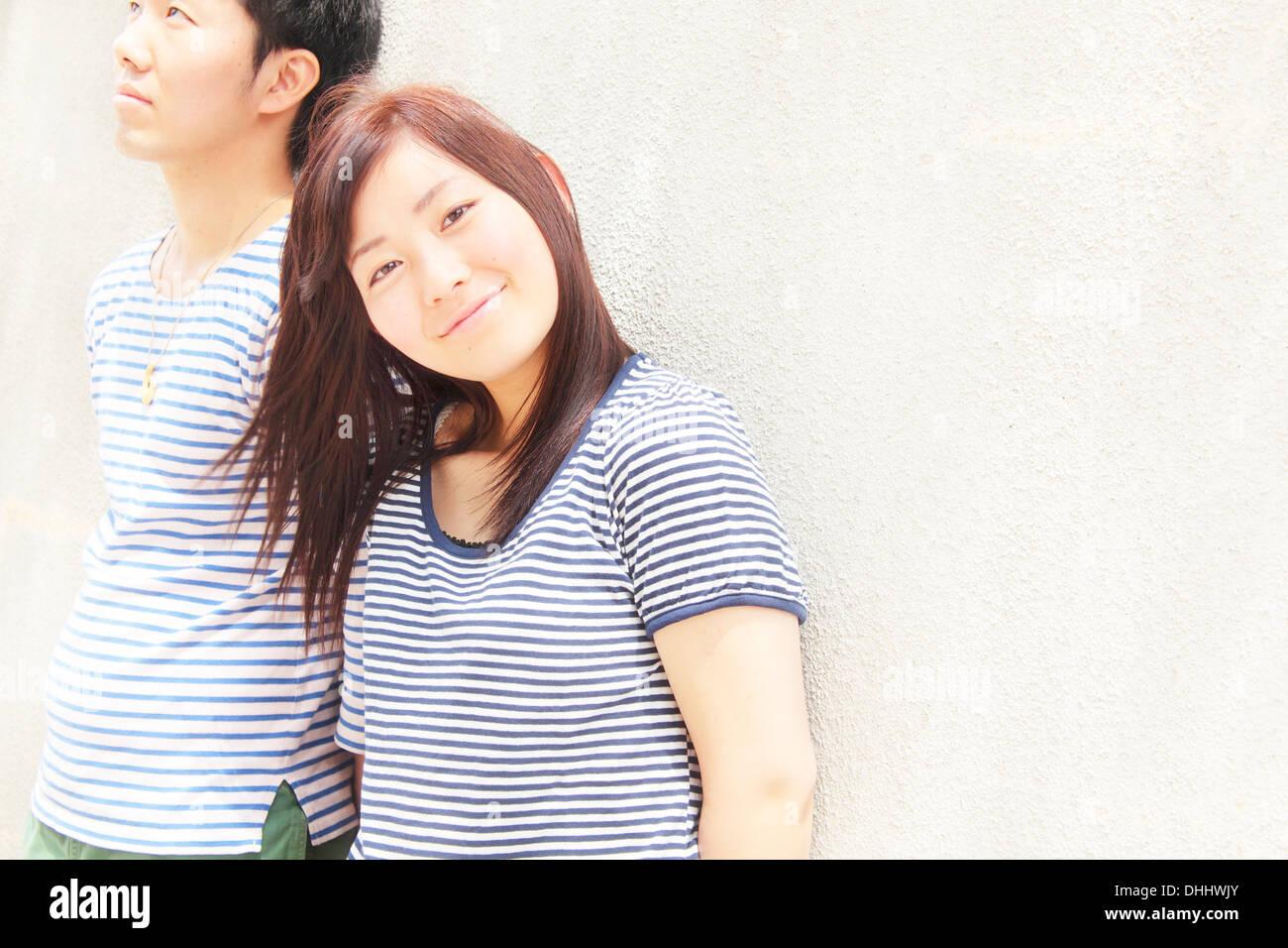 Portrait of young couple wearing haut rayé vêtements Photo Stock