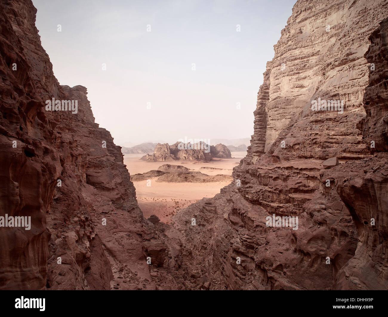 Vue à couper le souffle de Wadi Rum, les sept piliers de la sagesse de la randonnée, de la Jordanie, Moyen-Orient, Asie Photo Stock