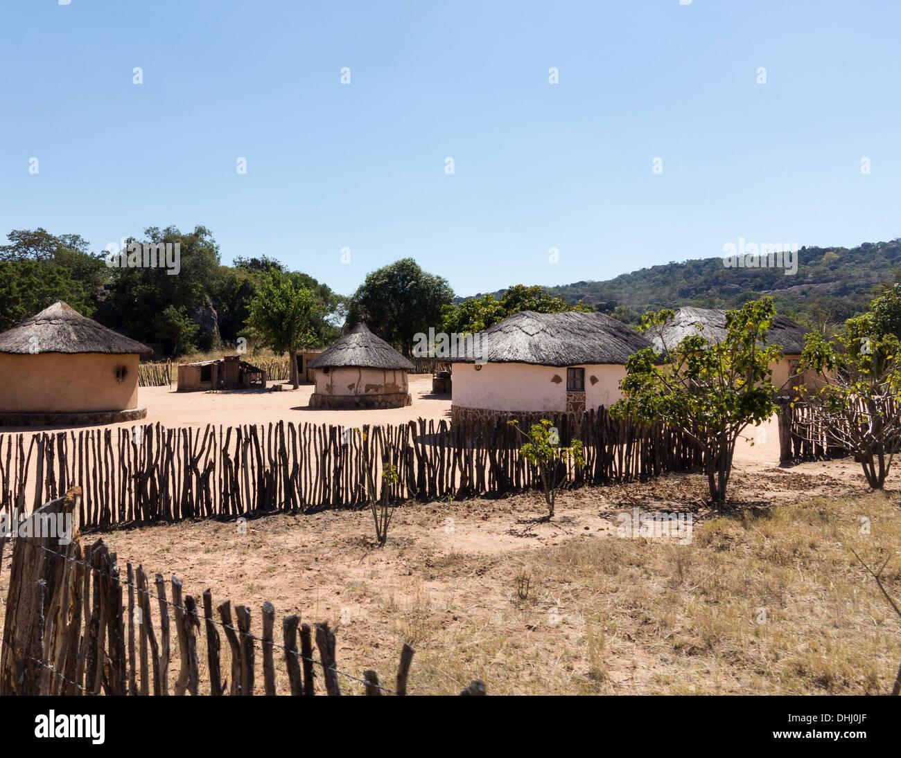 Vue sur les maisons de boue de chaume typique de village africain au Zimbabwe, l'Afrique Photo Stock