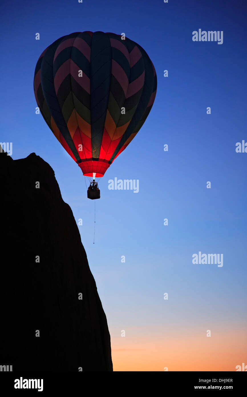 Hot Air Balloon près de bluff, 'Dawn' event, Red Rock Balloon Rally, Gallup, Nouveau Mexique, USA Photo Stock