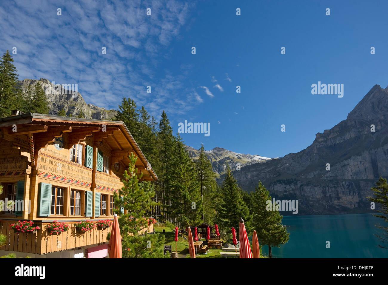 Chalet au lac Oeschinensee au soleil, Kandersteg, Oberland Bernois, Canton de Berne, Suisse, Europe Photo Stock