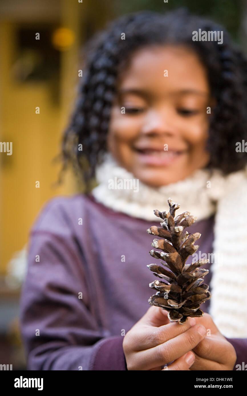 Fille avec un cône de pin Photo Stock